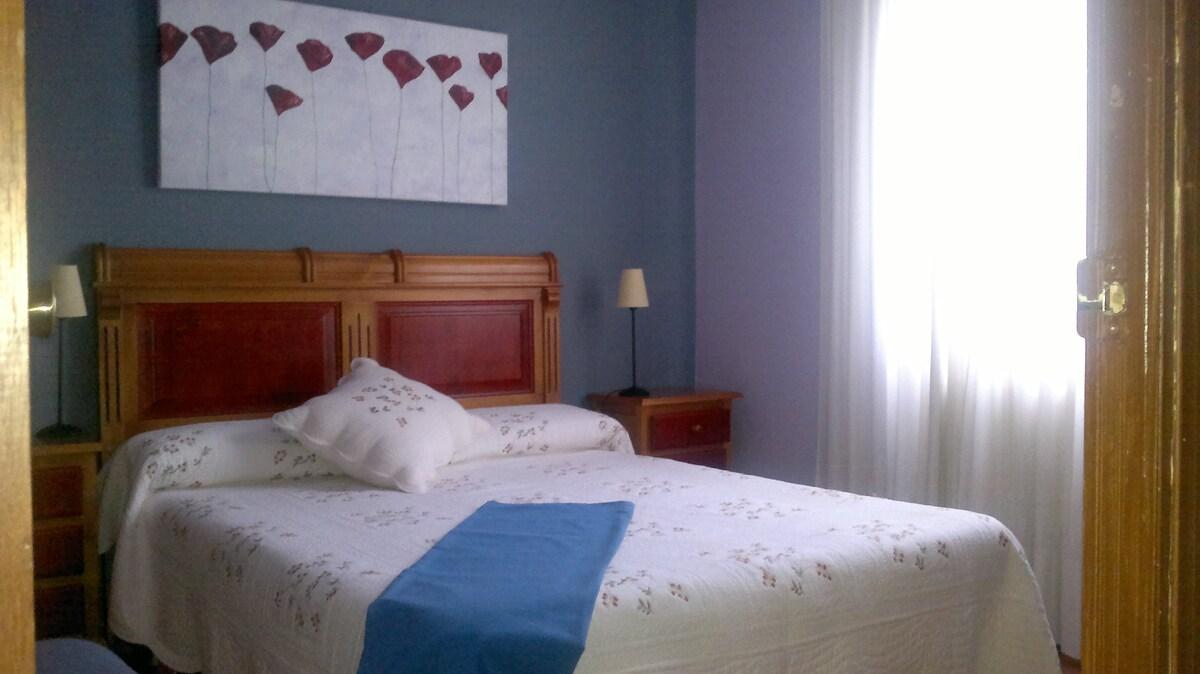 Amplia y cómoda cama   de 150 cm.