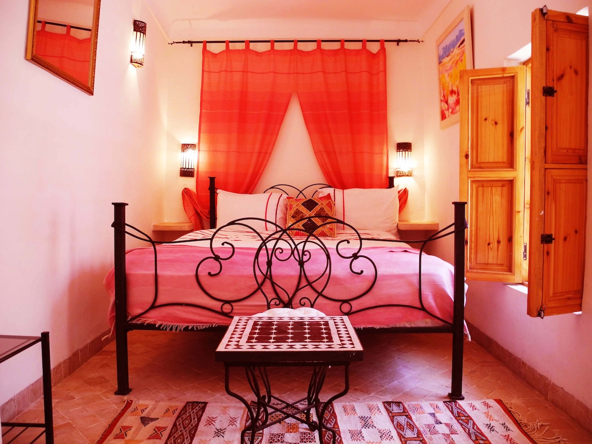Our lovely first floor Pink Double Bedroom with en suite tadalect bthroom.