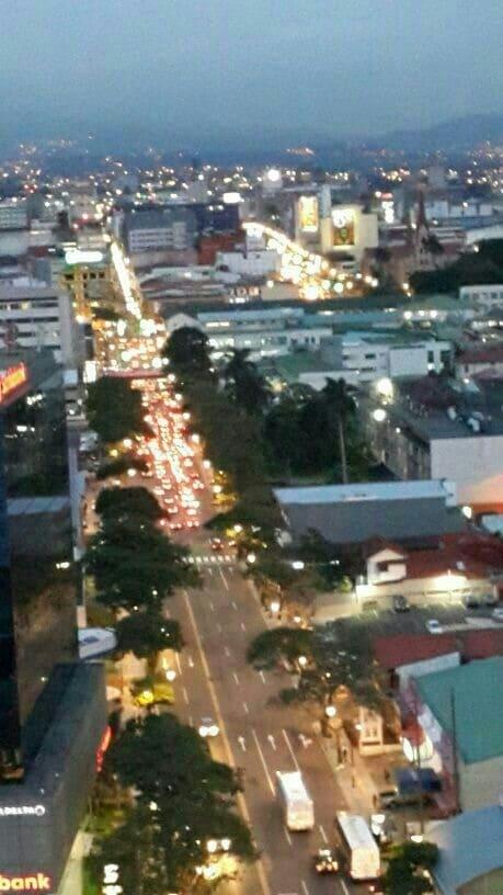 Frente a lo zona principal de San José, avenida paseo Colón.