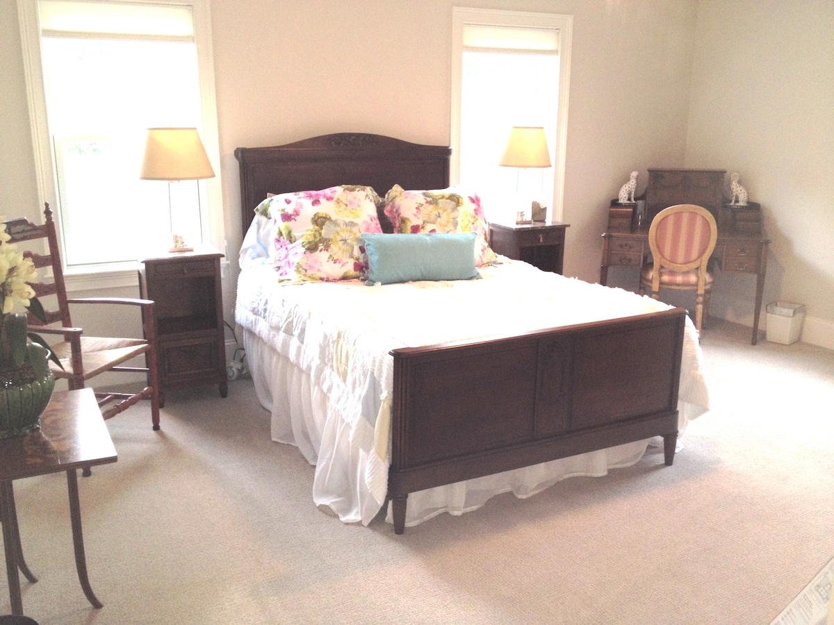 Lovely bedroom near Wellesley