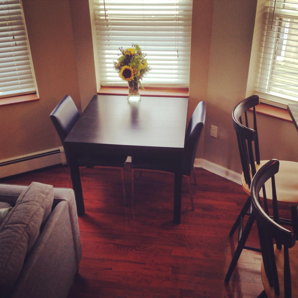 Expandable table sits 2-6
