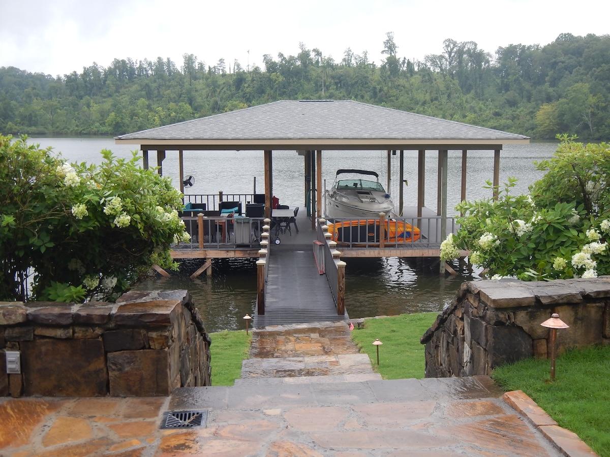 LOVELY GATEHOUSE ON THE LAKE