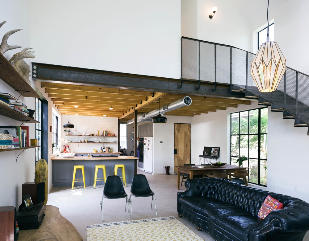 Bright and sunny modern industrial farmhouse. Built in March and featured in architectural magazines around the globe. Located in one of the coolest neighborhoods of Austin just walking distance from the hippest bars and restaurants. 1 mile from downtown