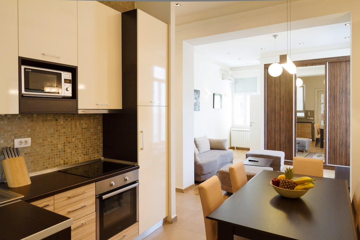 Dining corner with fully equipped kitchen