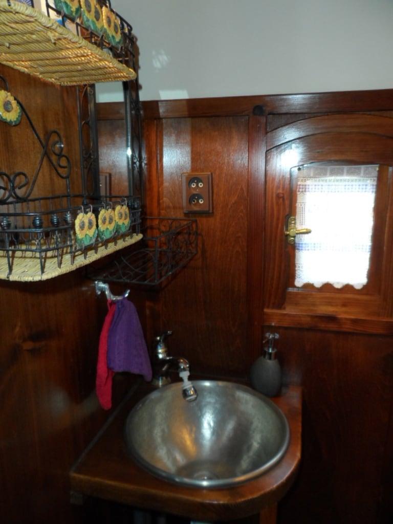 la salle de bain de la roulotte au mas du tracol
