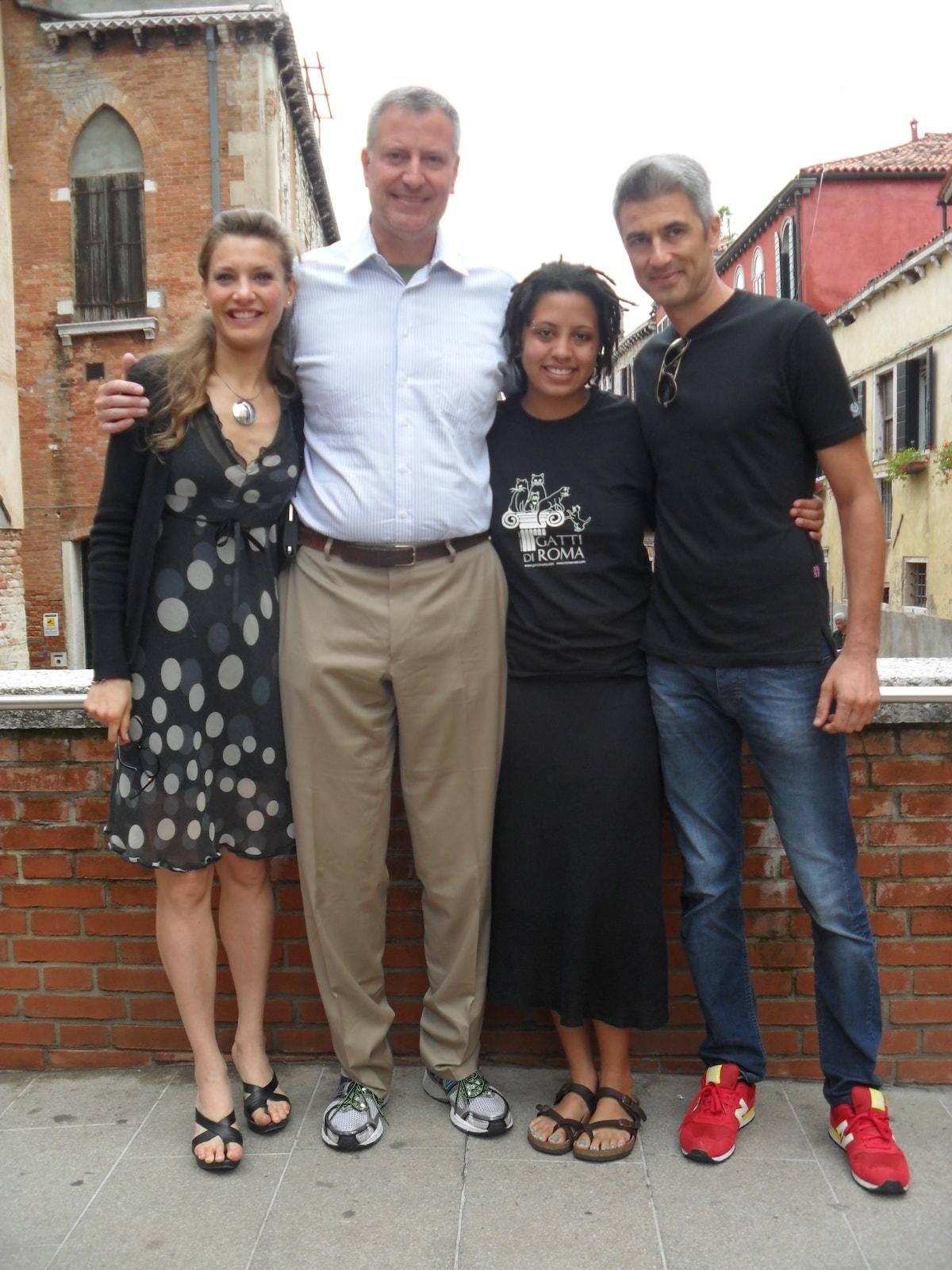 Nicola, Maria Chiara and the mayor of New york Bill de Blasio on the bridge near Santa Margherita - Venezia