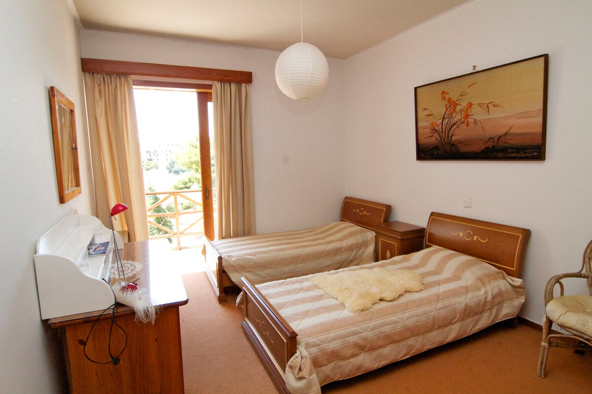 Twin bedroom in all comforts villa