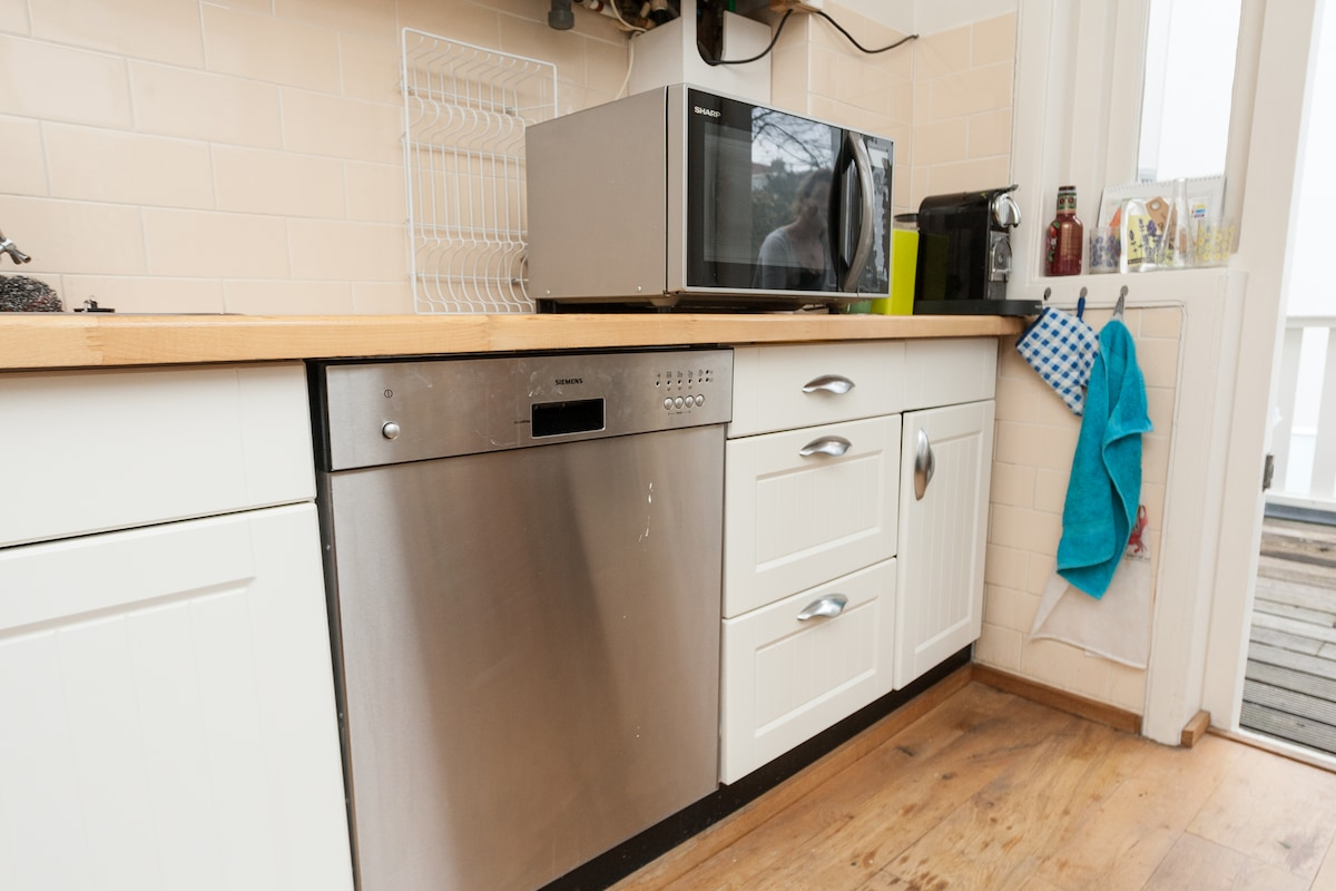 Kitchen offers oven, microwave, coffee machine - make yourself comfortable!