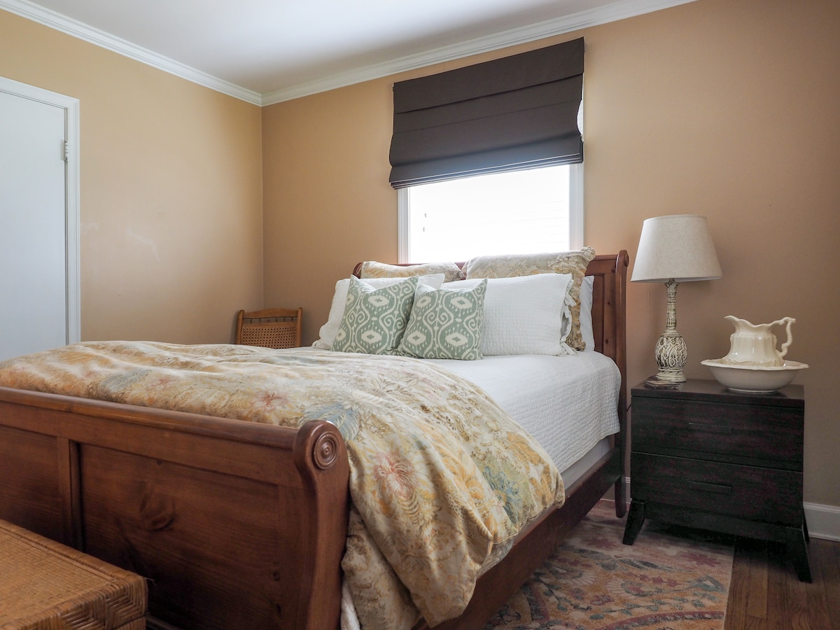 Second private bedroom with queen size bed.