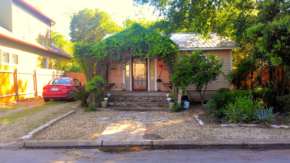 Front entrance to the Enchanting Zilker Cottage from street...this is where you can park