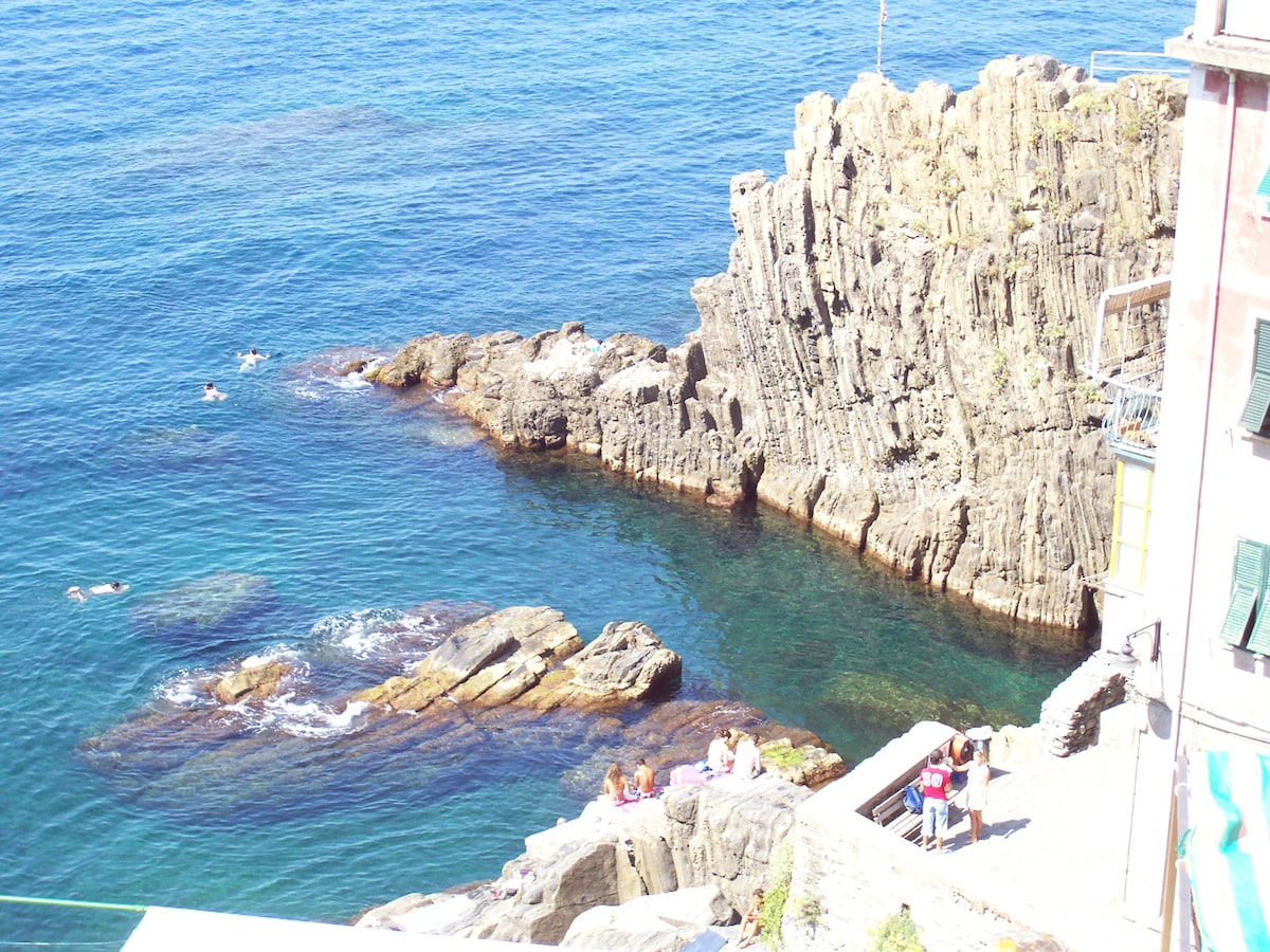 IN THE CINQUE TERRE, NEAR THE SEA