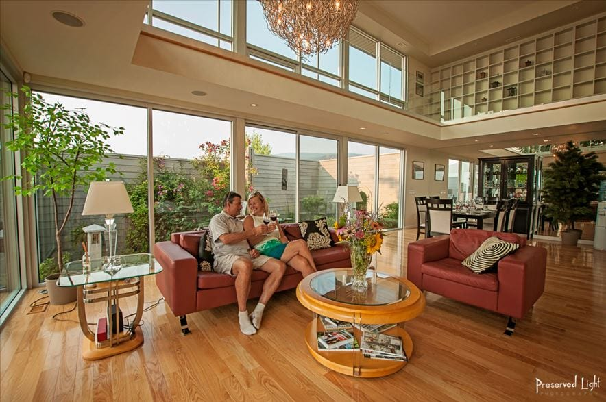 Living room villa Orion Penticton: a breath taking glass experience. A 100% glass front at the ground and first floor. Enjoy the transparency and lightness of being.