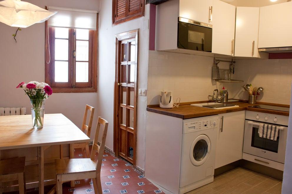 Dining area, kitchen and bathroom door - comidor, cocina y puerta del baño