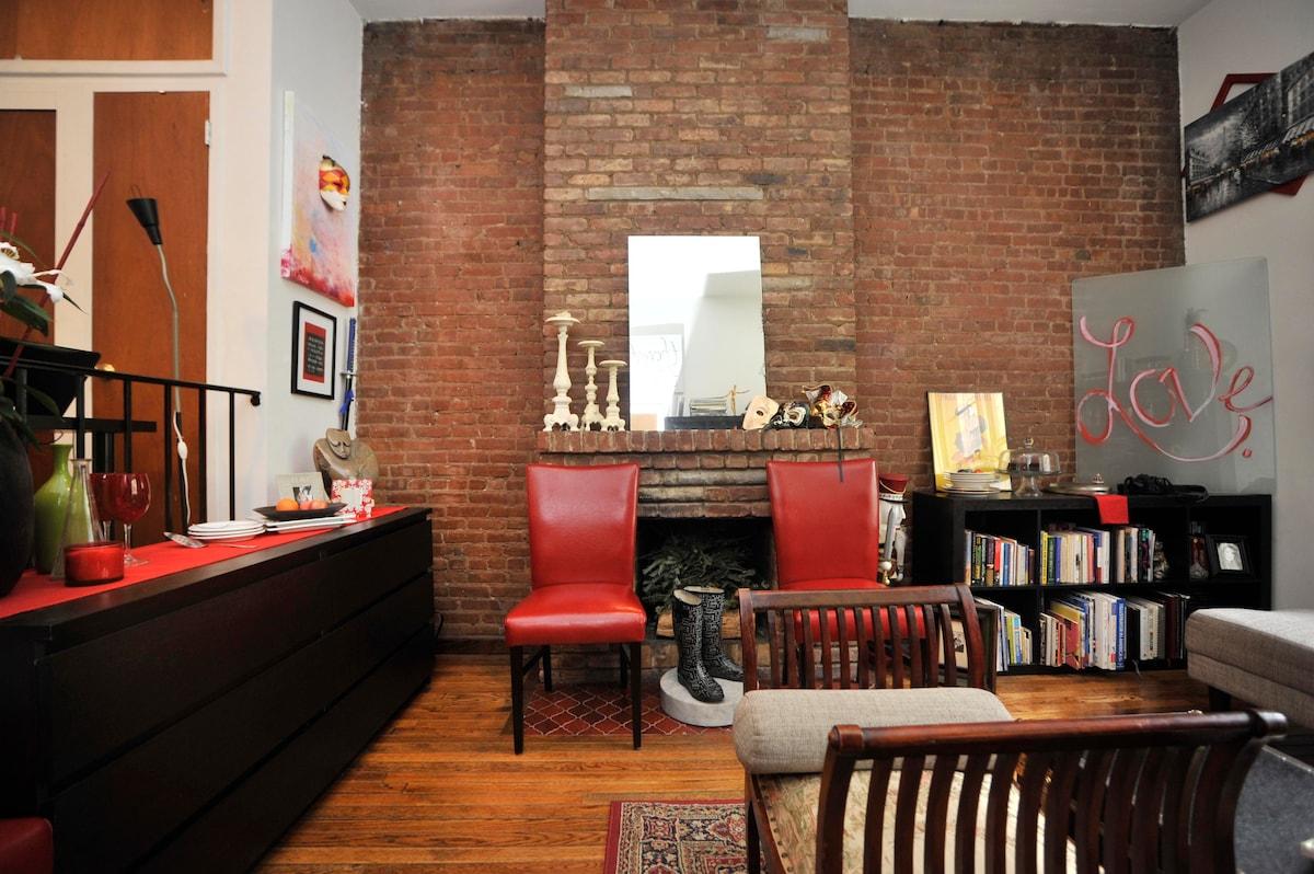 LivingRoom w/Flat screen TV, Stereo, WiFi & plenty of books...facing working fireplace