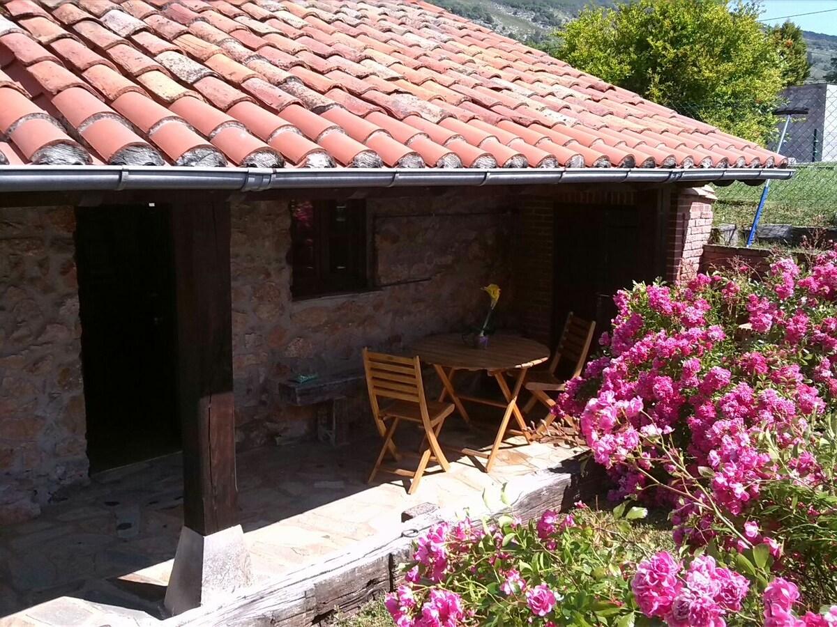 Cabaña de piedra con porche