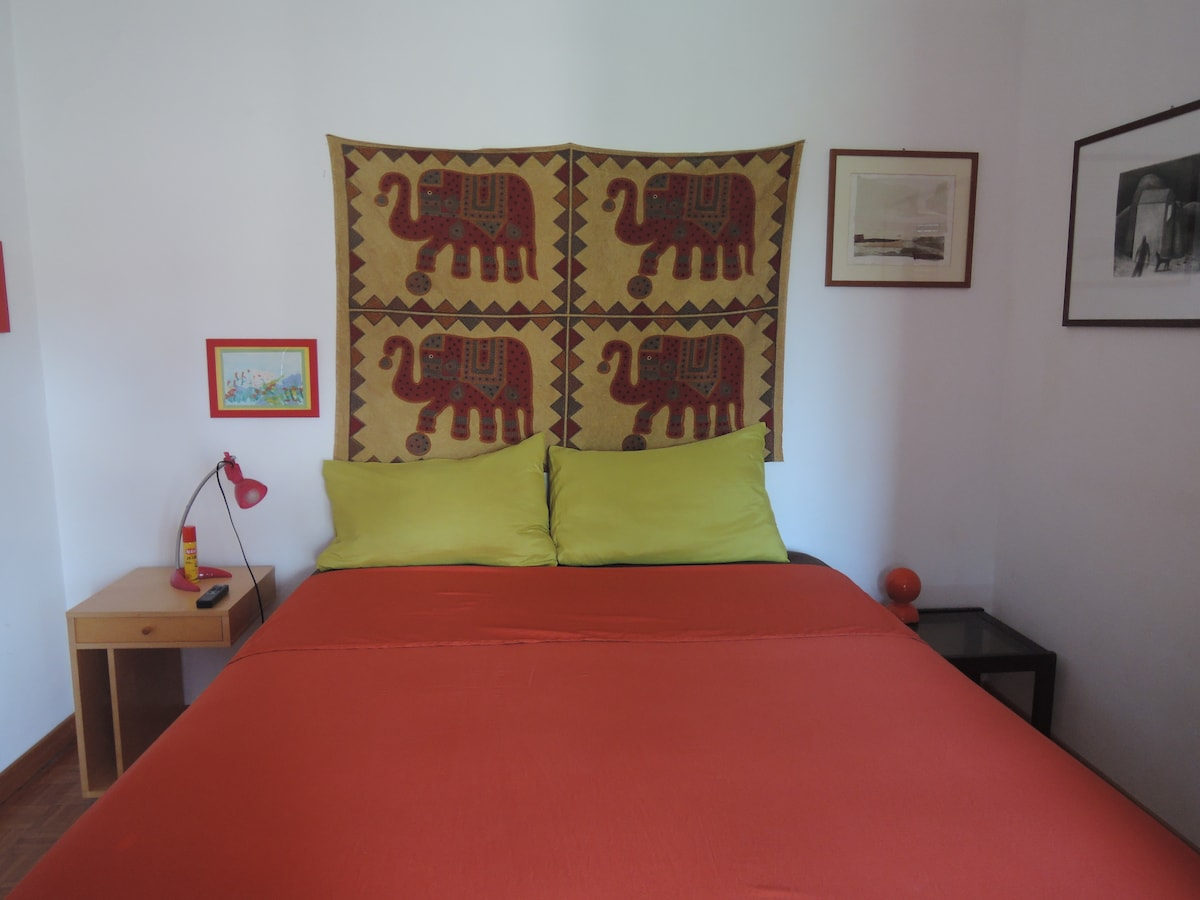 summer king size bed in red room