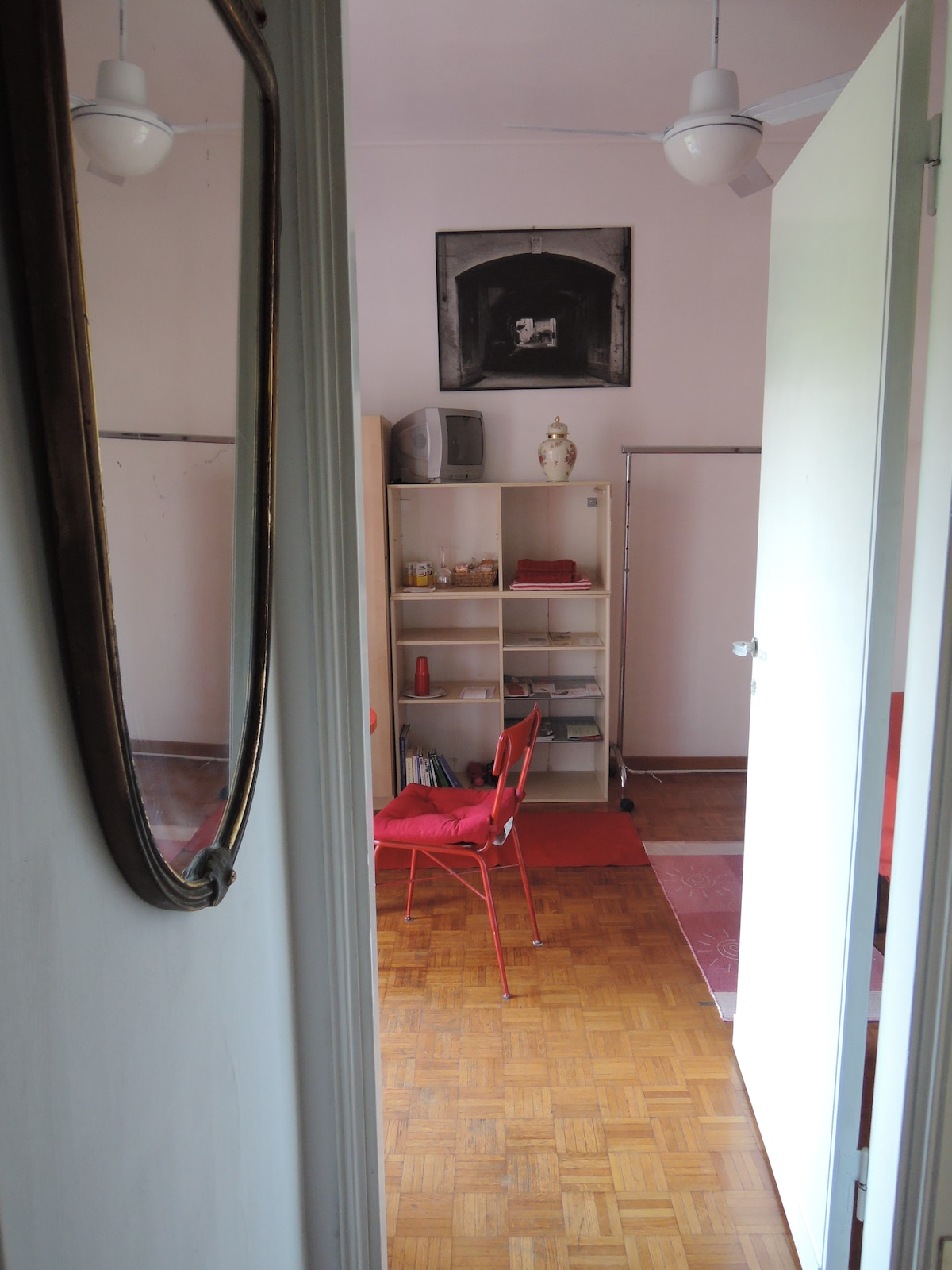 entrance with a mirrow in red room
