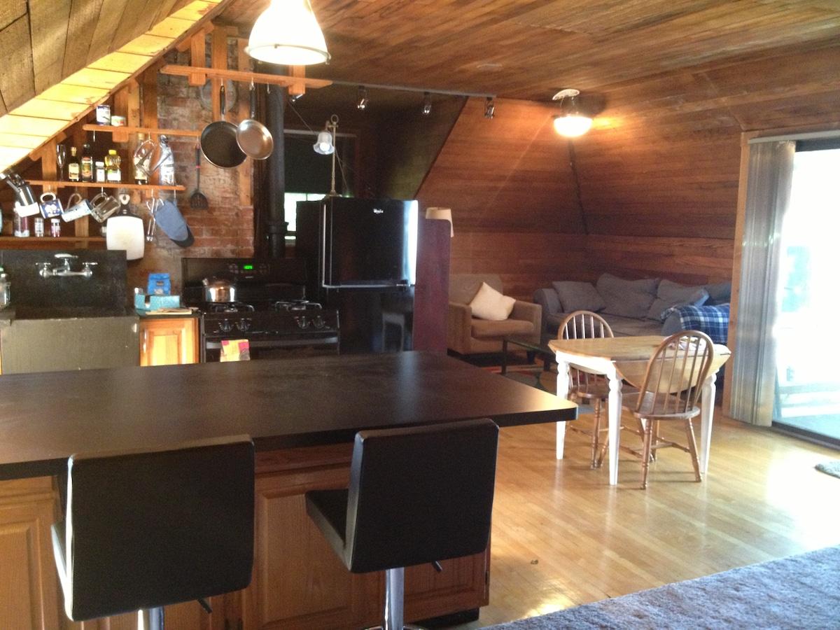 Cozy Carriage House Studio