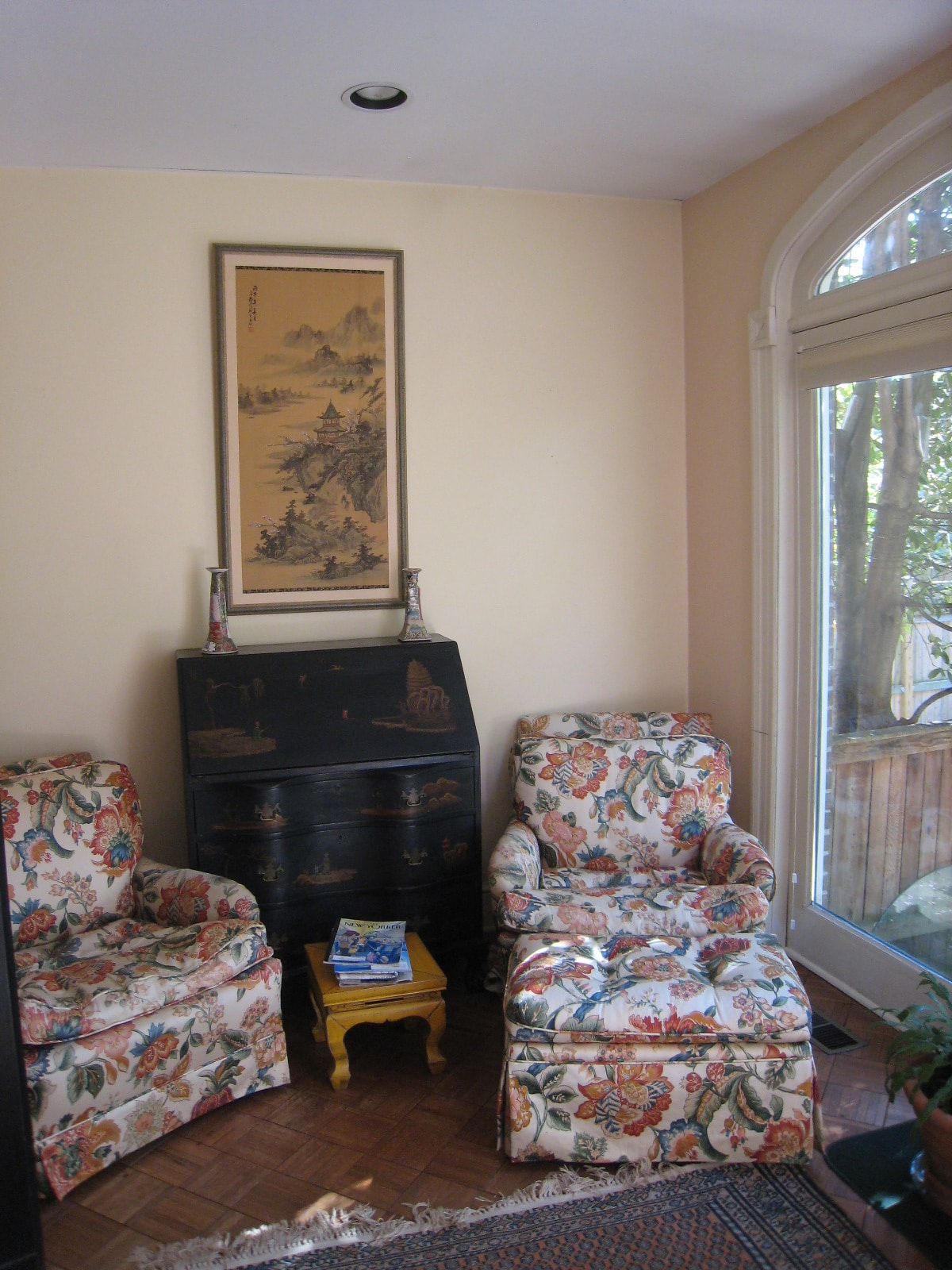 Sitting area with view of the lovely private patio.  Enjoy a good guide book here!