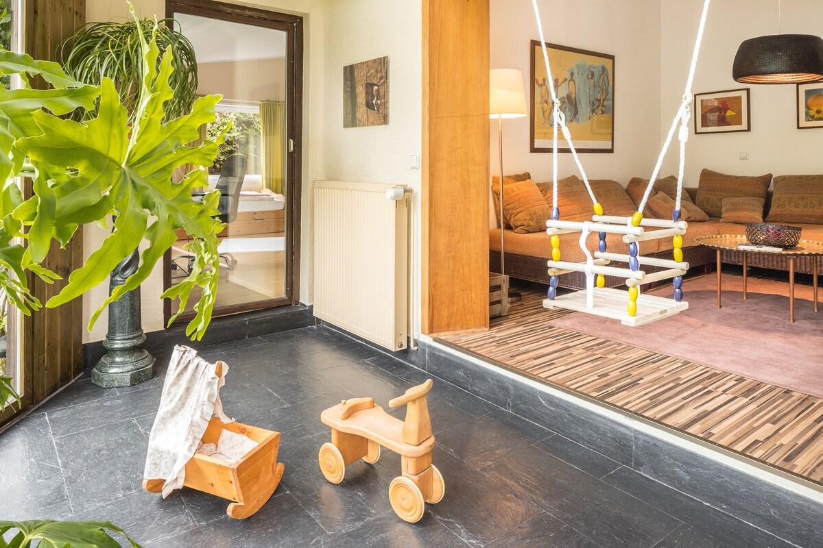 Wintergarten, Blick ins Wohnzimmer (Schaukel u. Spielzeug auf Wunsch)