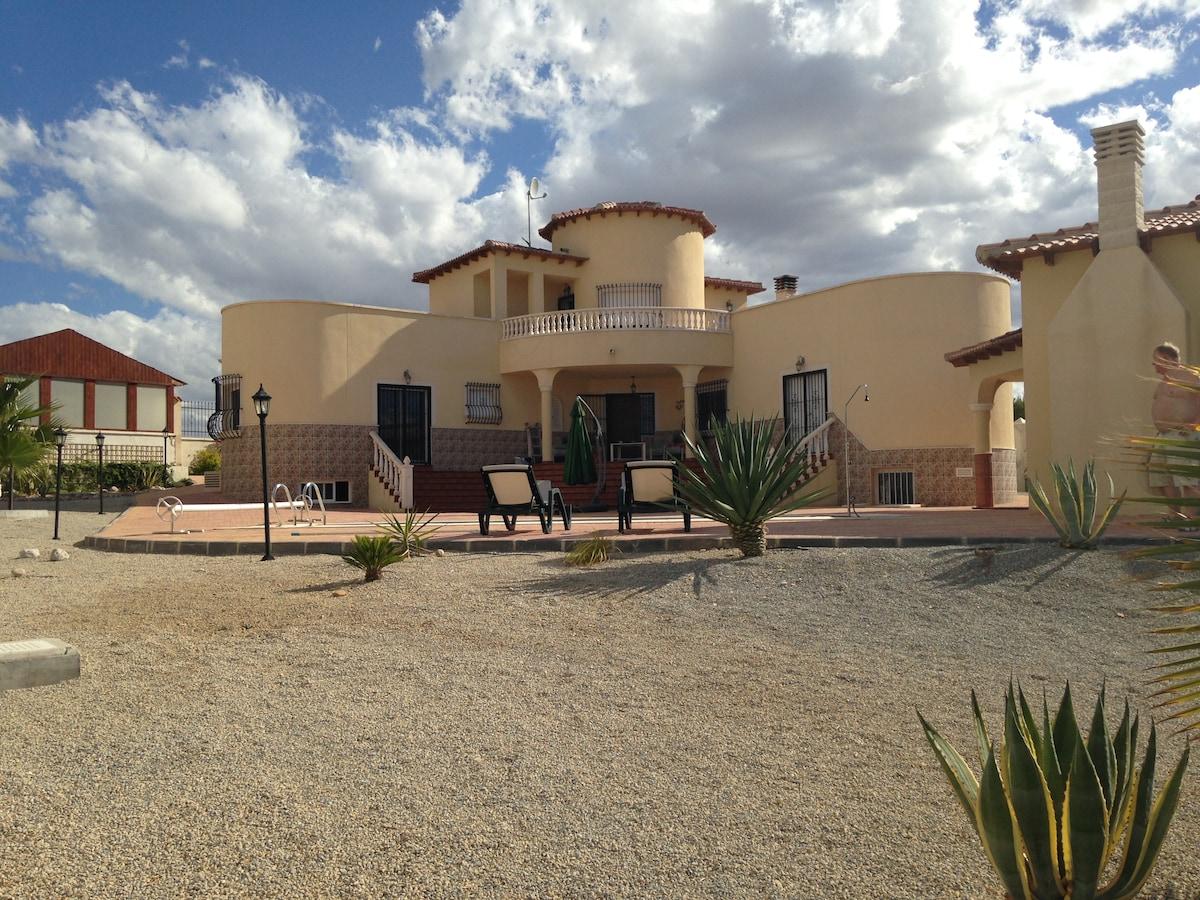 Large Family Villa & pool in Spain