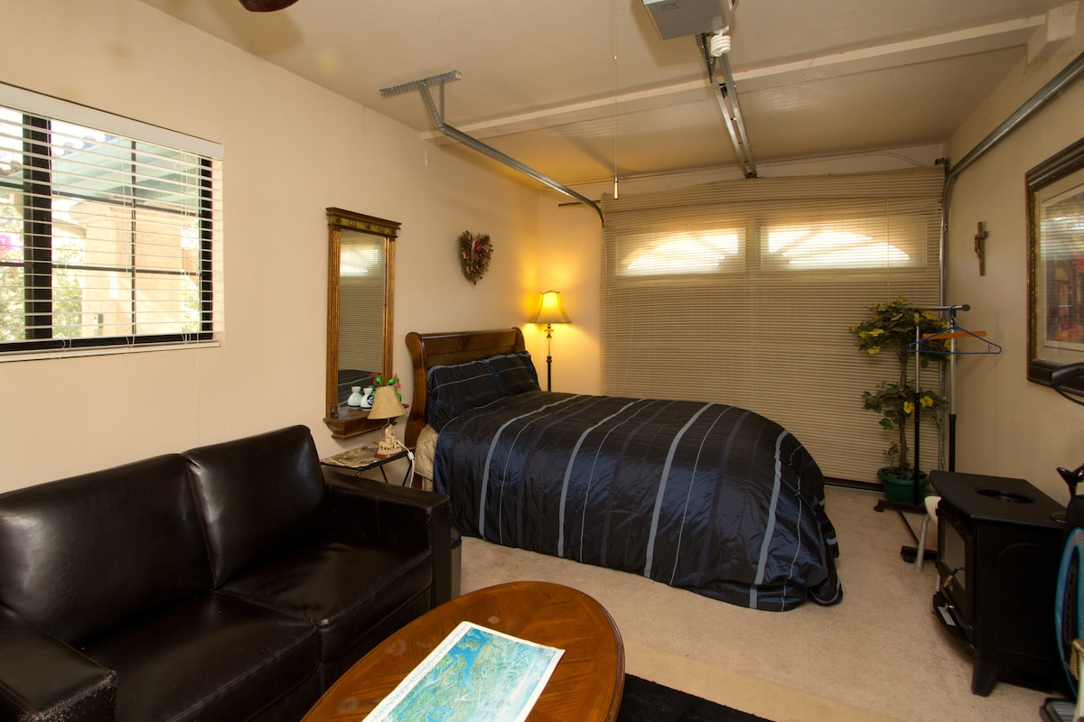 PRIVATE ACCESS TO ROOM, BATHROOM WASHER/DRYER POOL&SPA. HDTV TIME WARNER CABLE/NETFLIX INTERNET WIFI  PRIVILEGES!!!