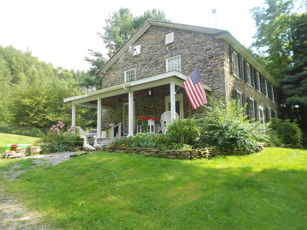 200 yr old Stone Farmhouse w/barn