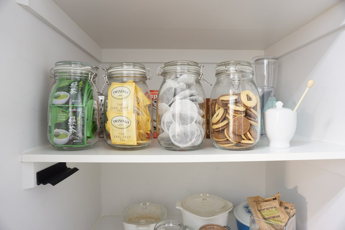 Well-stocked with green, earl grey, and english breakfast tea, along with biscuits if you have a sweet tooth