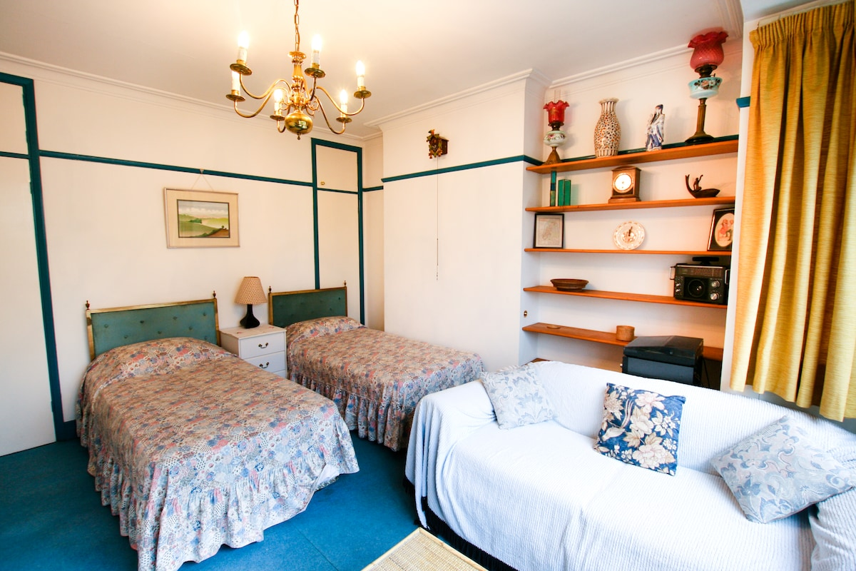 Very clean & well presented twin bedded/sitting room
