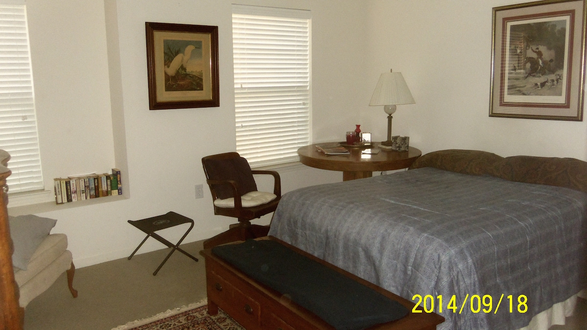 Private upstairs room near beach!