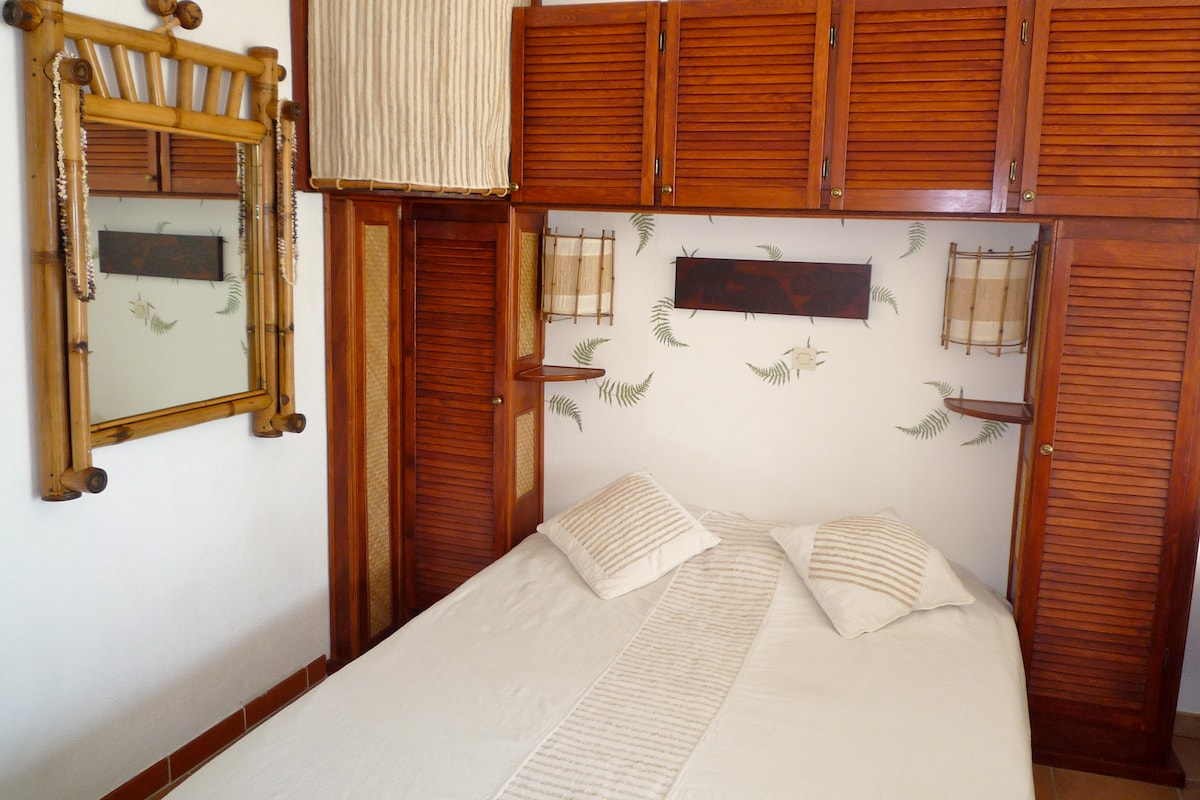 A comfortable bed in a tropical atmosphere.