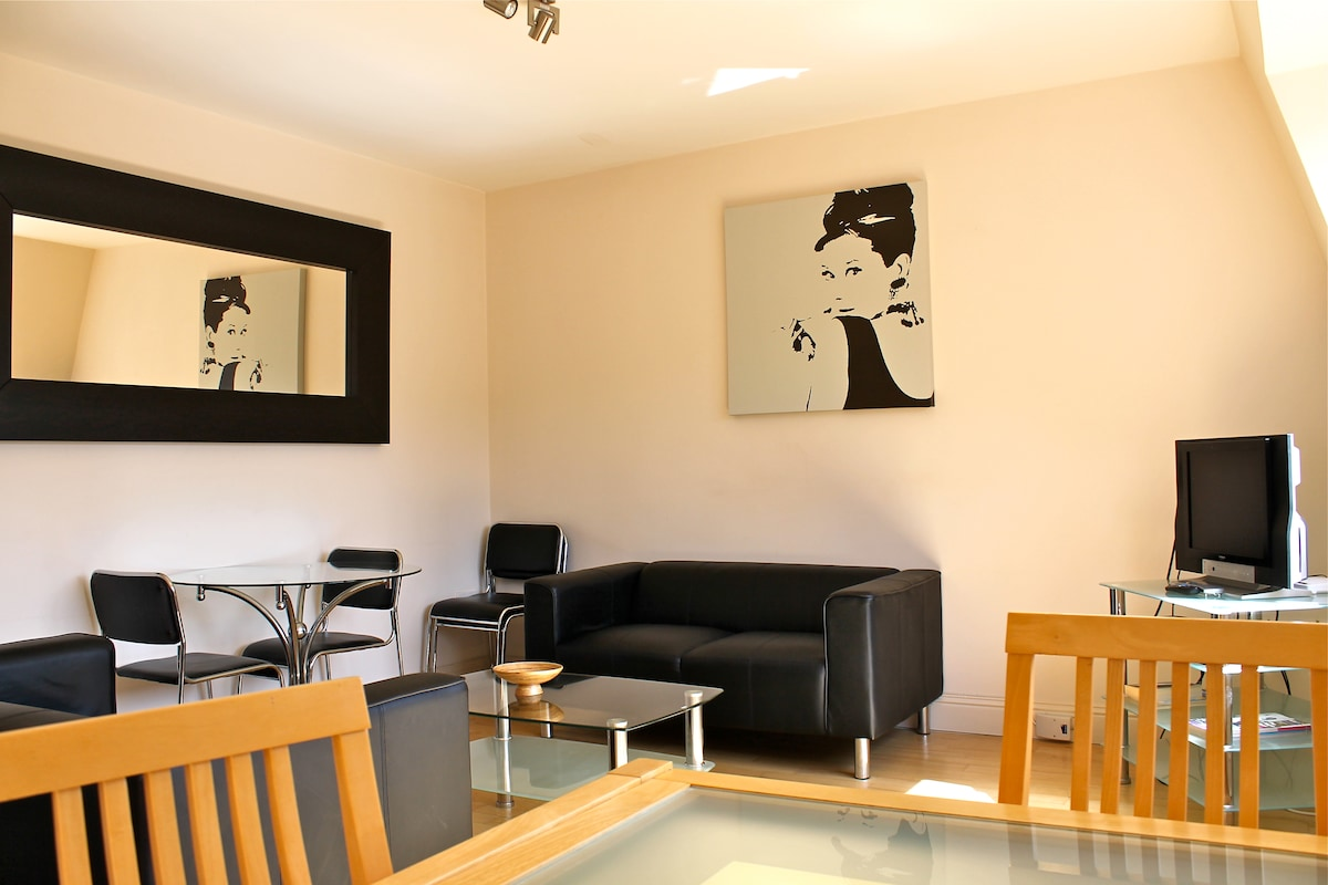 Open plan sitting/dining room with fitted kitchen..