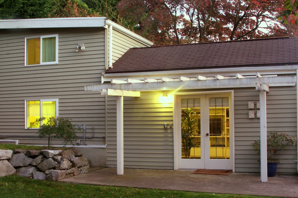 U District Backyard Cottage & Loft