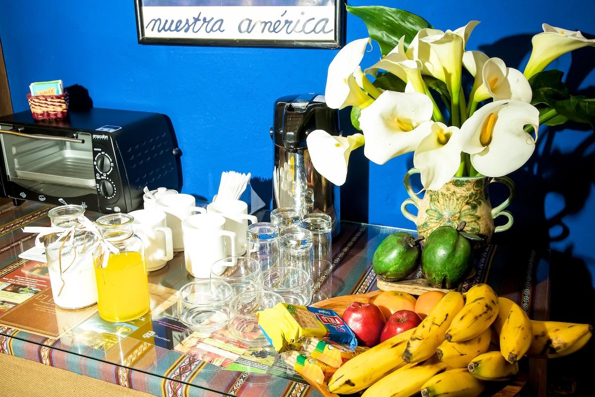 Bienvenida con frutas y bebidas frías y calientes