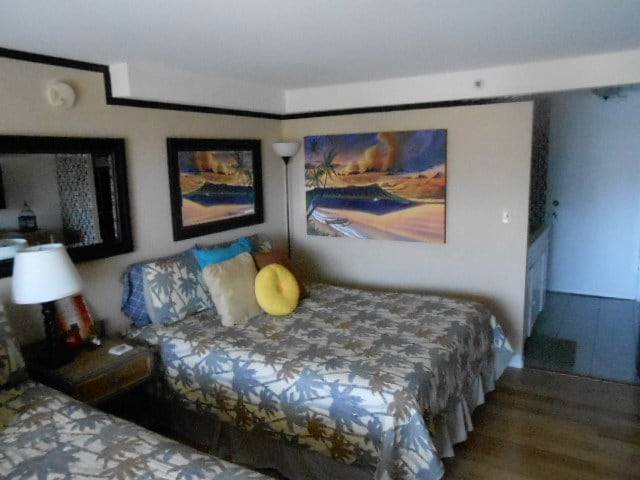 queen bed and mural on wall