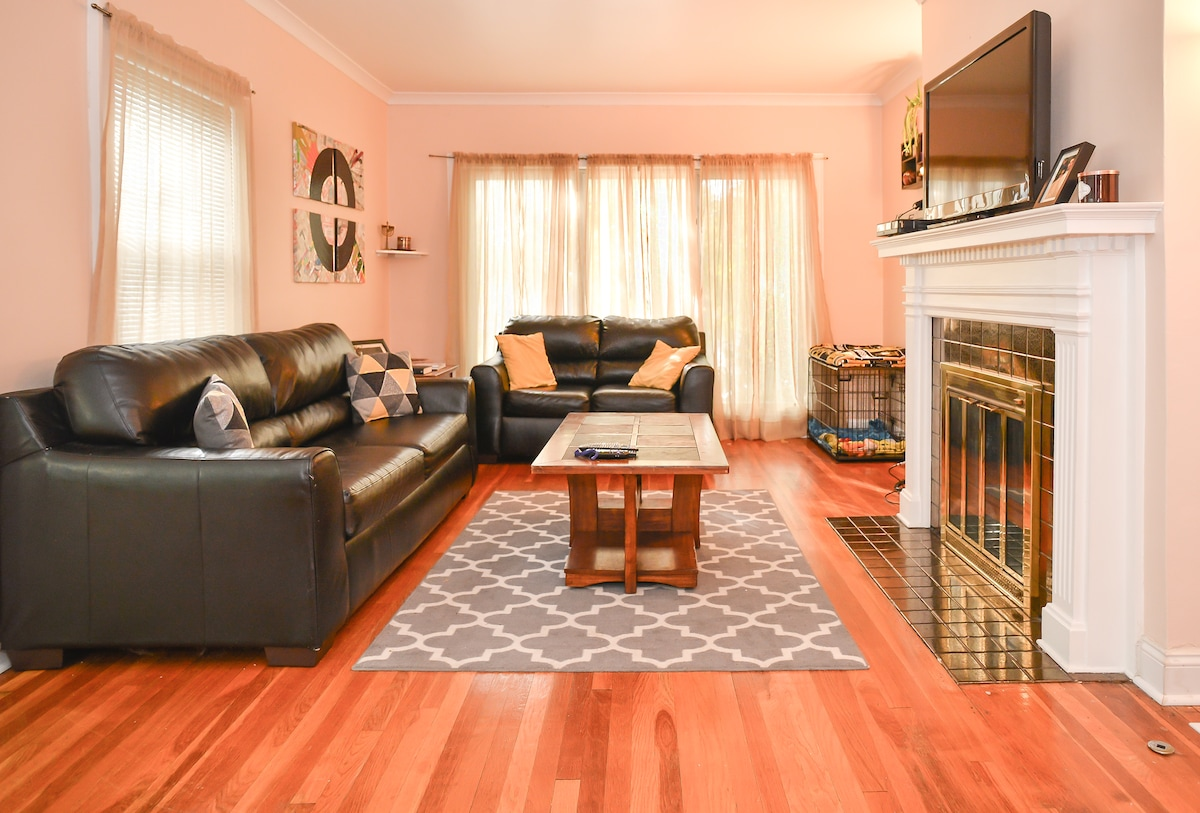 Spacious Room- Walkable to Plaza