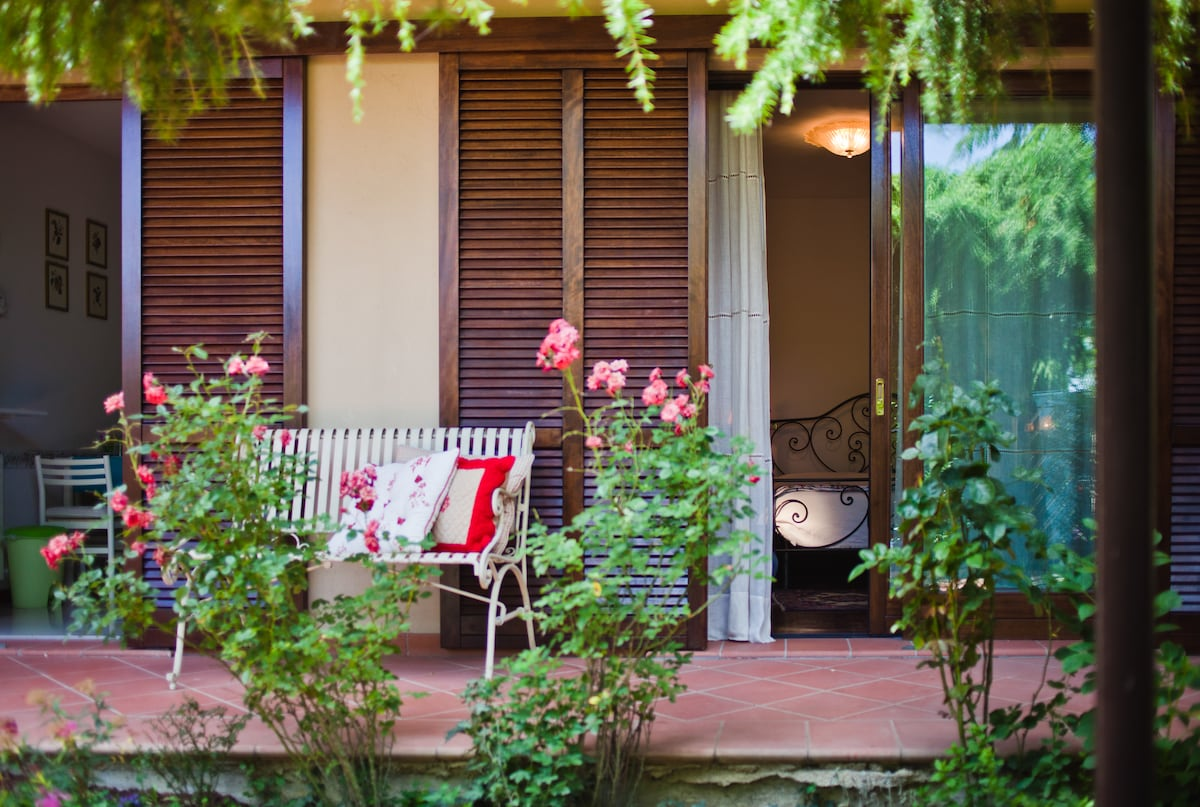 Giardino e finestra camera matrimoniale con poltrona letto