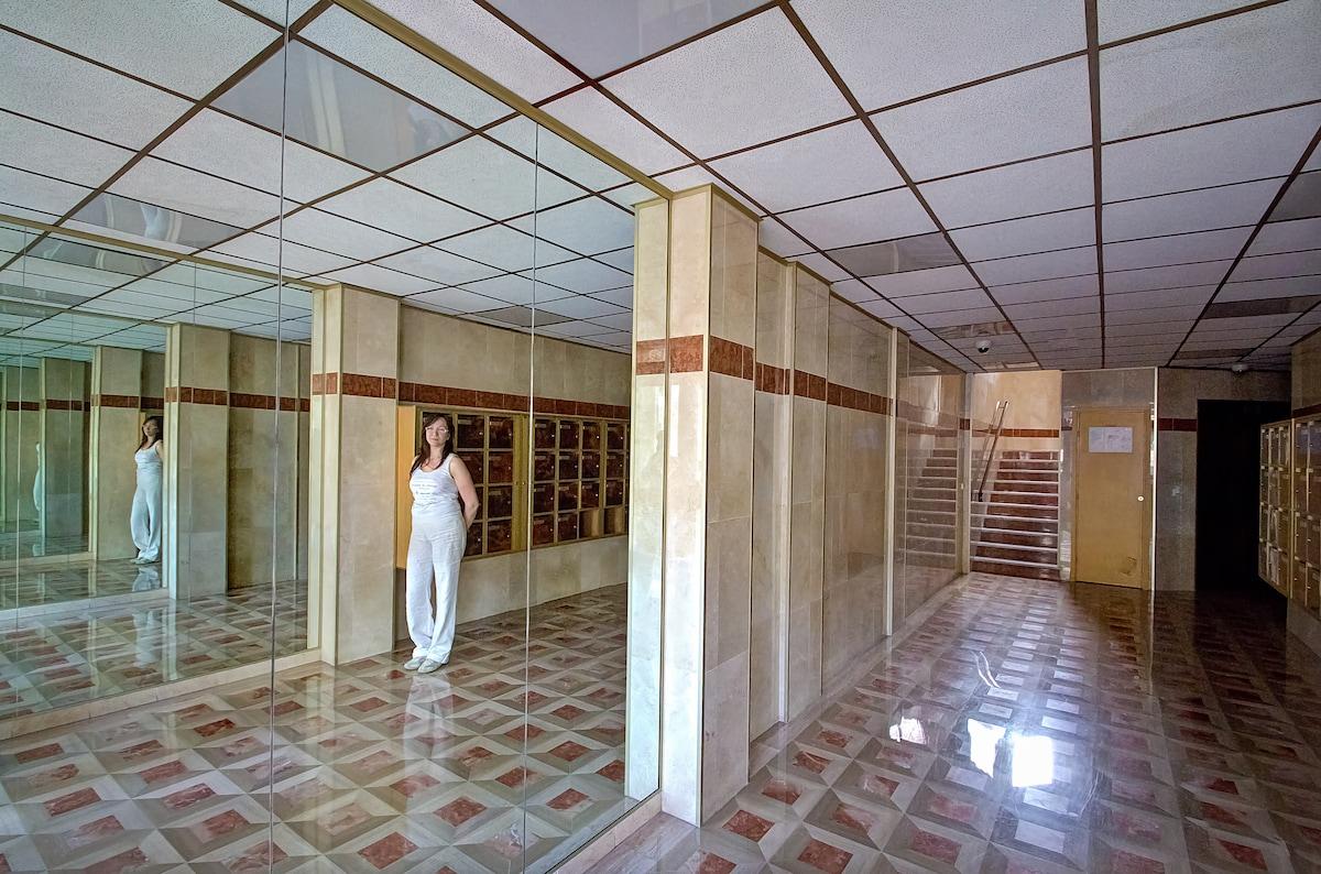 """L'Entrata del Palazzo  Hadrian-Scala """"B"""": Il Decoro in Marmo del pavimento: un gioco di specchi magico!"""