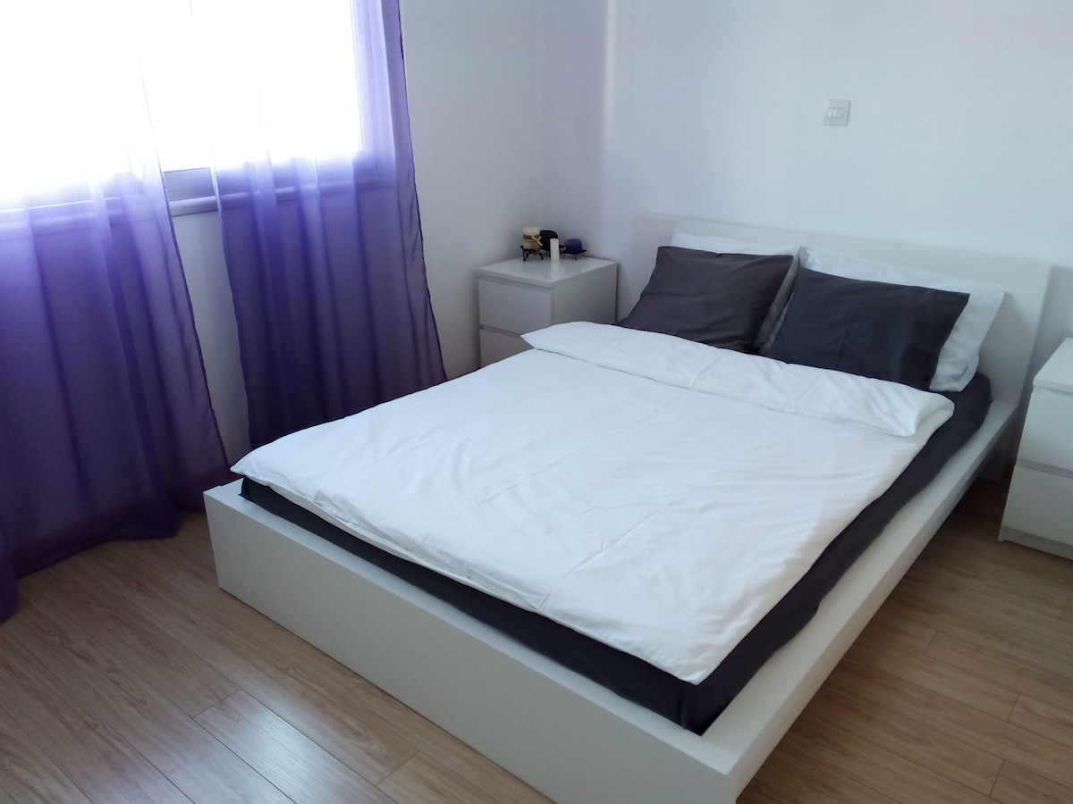 Bedroom with queen size bed,  comfortable mattress and 2 pillow sets