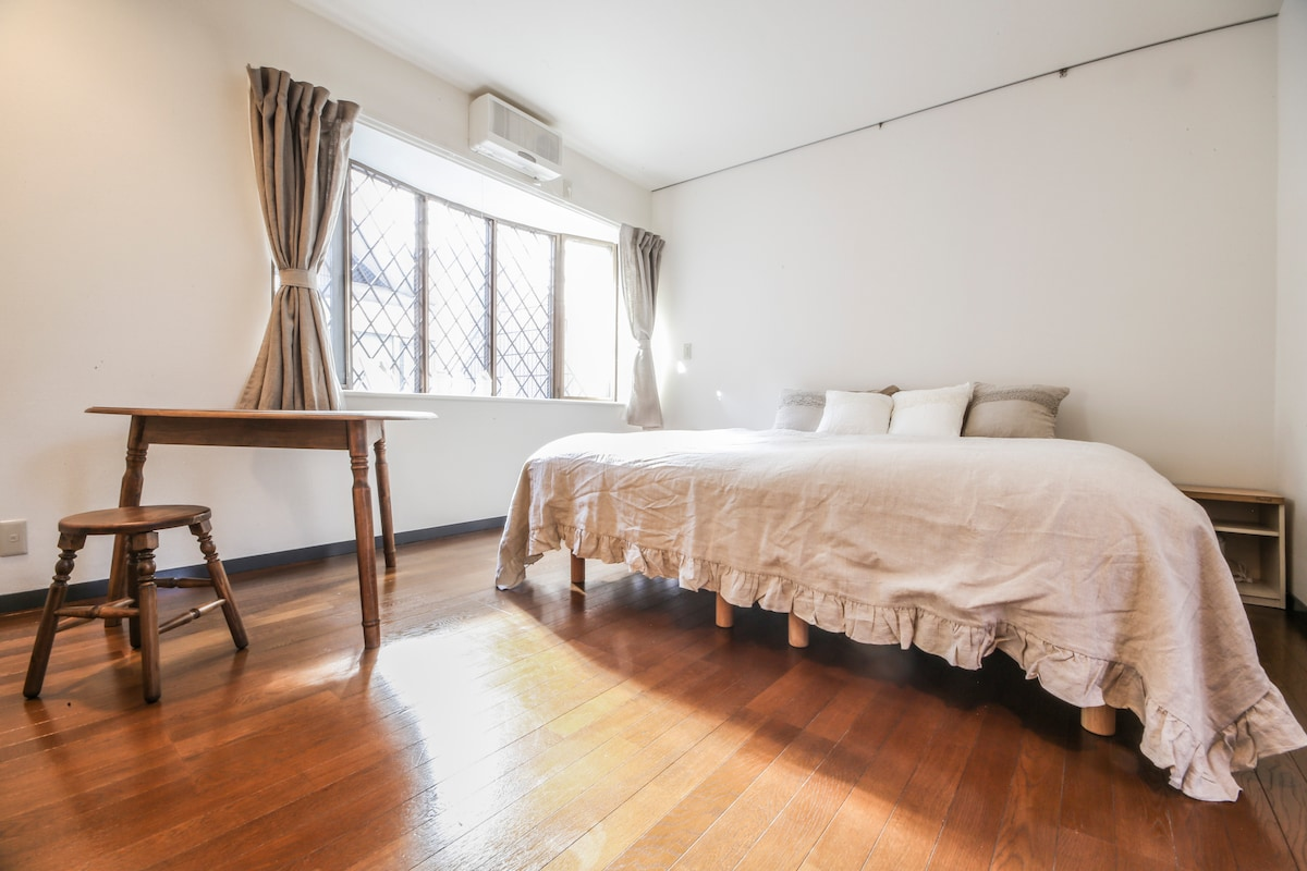 Spacious, light, chic, local stay