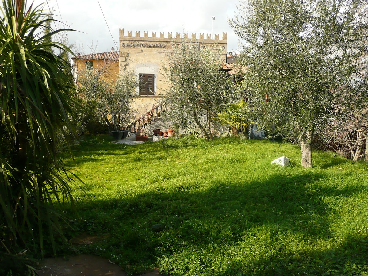 Affordable romantic tower VILLETTA (shared garden) centrally located between seaside, Pisa, Florence, Lucca, Volterra, San Gimignano, Carrara
