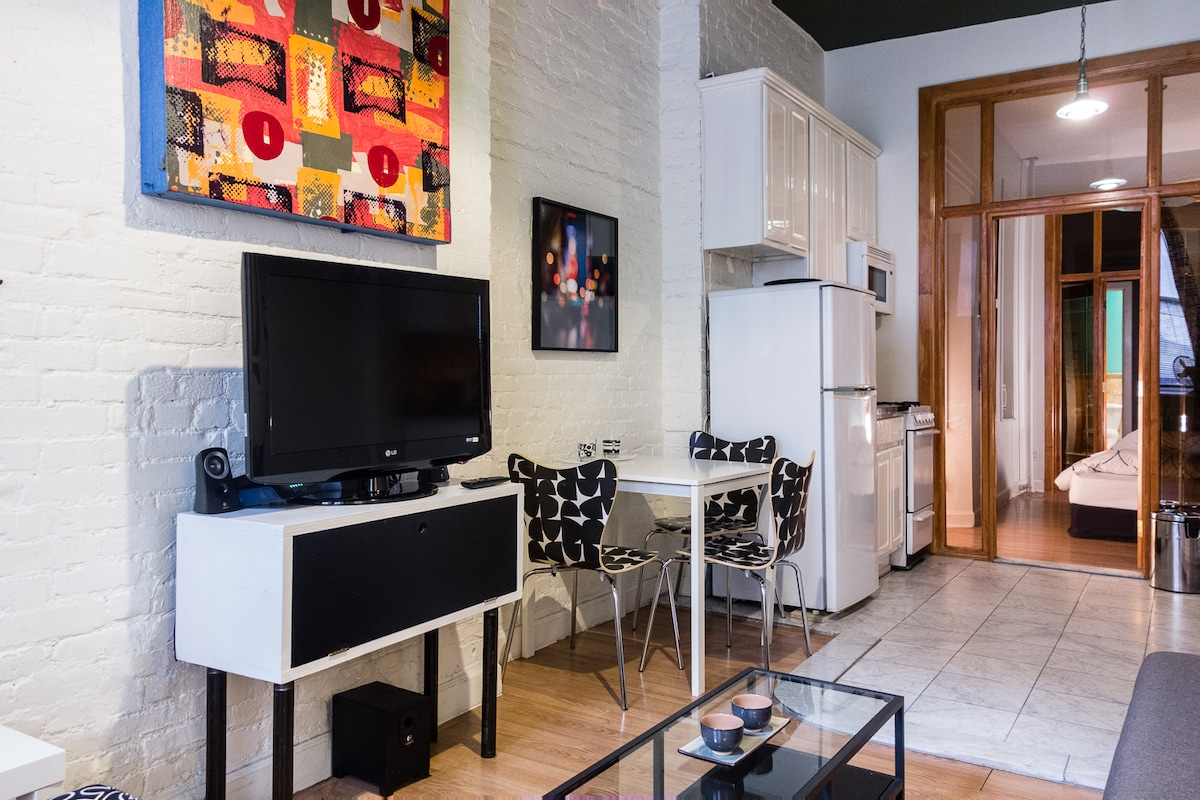 Living/dining room with 37in flatscreen tv