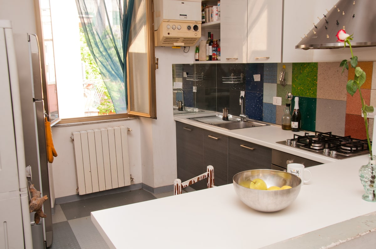 a very sunny kitchen where you can cook everything....in company or alone in your relaxed comebaking at home