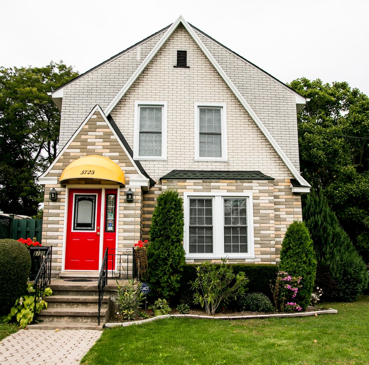 Cherry Queen Room at Cozy INN House