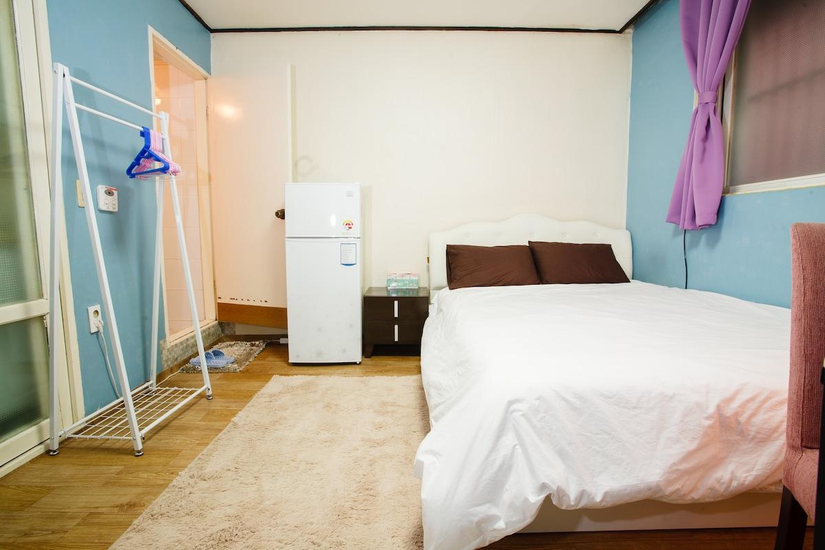 Nice, comfortable queen bed, comfy carpets, etc