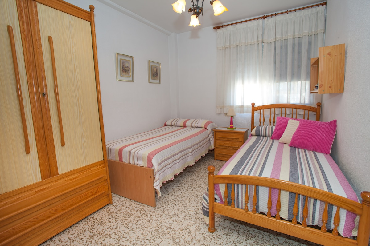 2nd. bedroom: twin bedded room with wardrobe and sea view (for 2 persons)