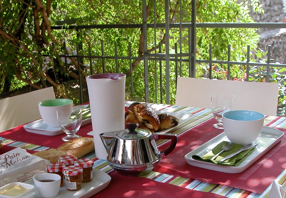Bienvenue, chez Cosy, avec ses petits déjeuners sur la terrasse...