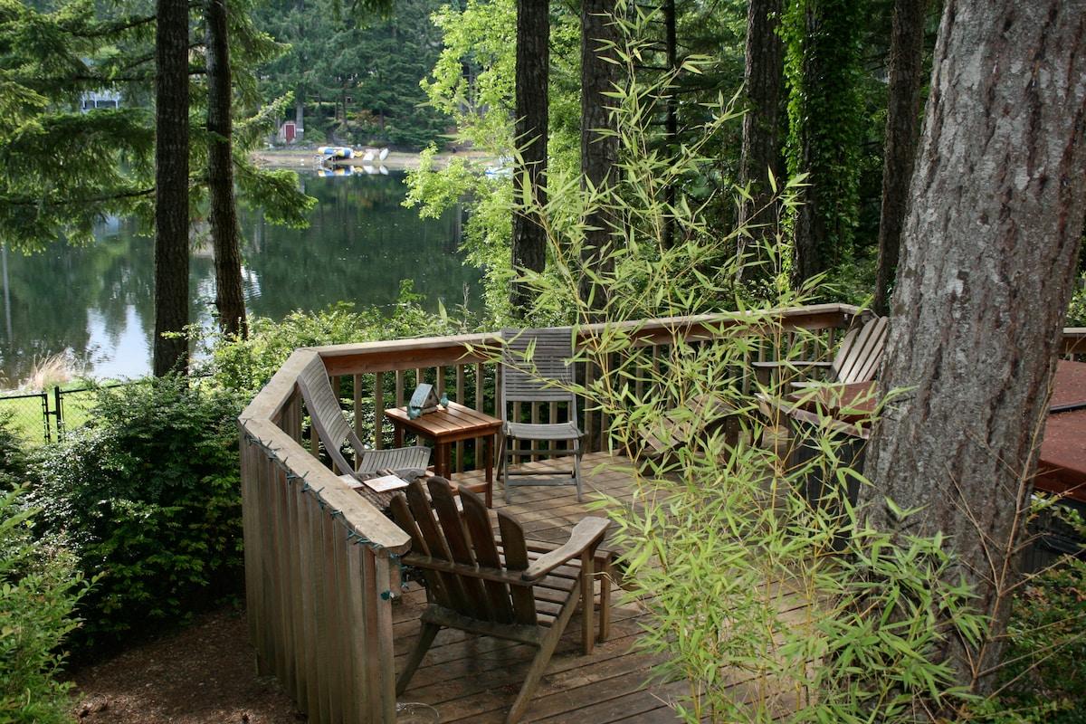 Cozy, romantic log cabin lakefront