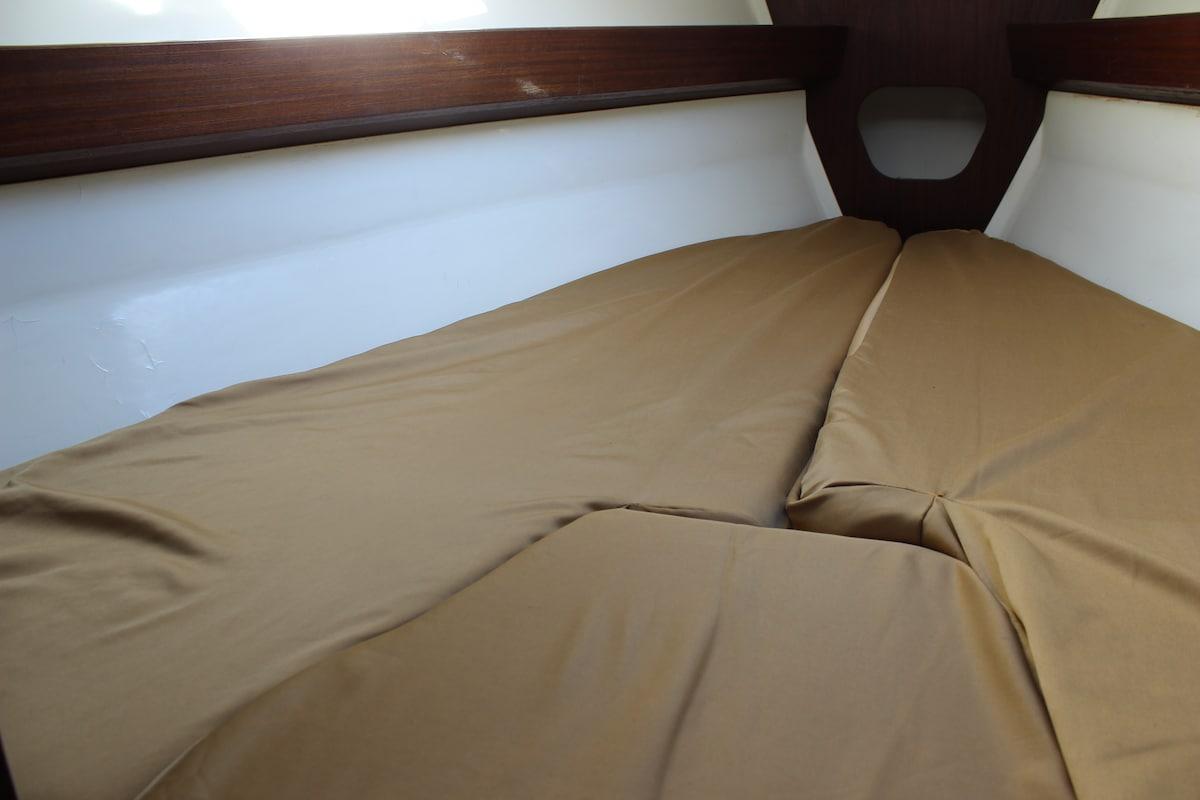 La cabine avant avec couchage double, attention  peu de hauteur sous plafond!
