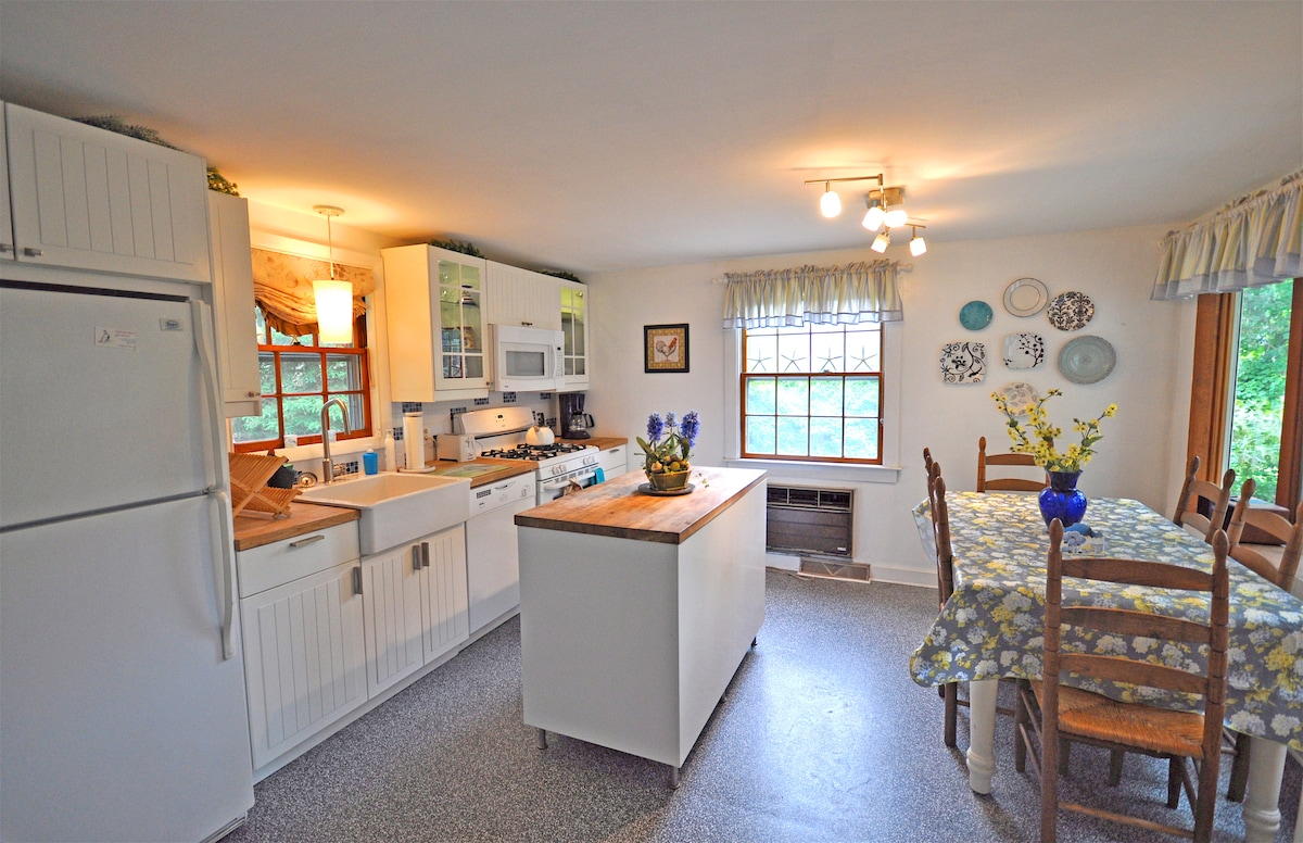 Fully equipped kitchen with large eat-in area.